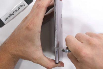 TEST: Sony Xperia XZ2 protiv vatre i savijanja